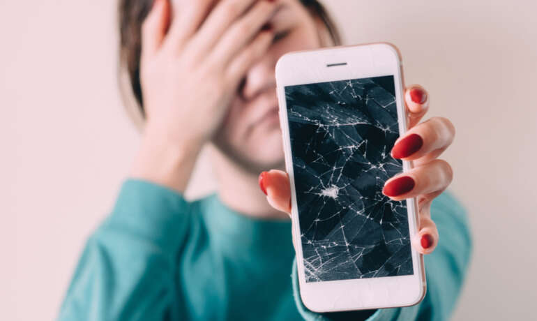4 Reasons Why You Should Stop Using A Cell Phone With Damaged Screen